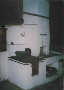 Kuchnia z paleniskiem zamkniętym pod płytą w izbie orawskiej