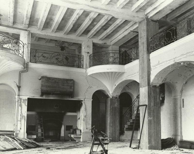 kominek w pd-zach części salonu pałac Mosty