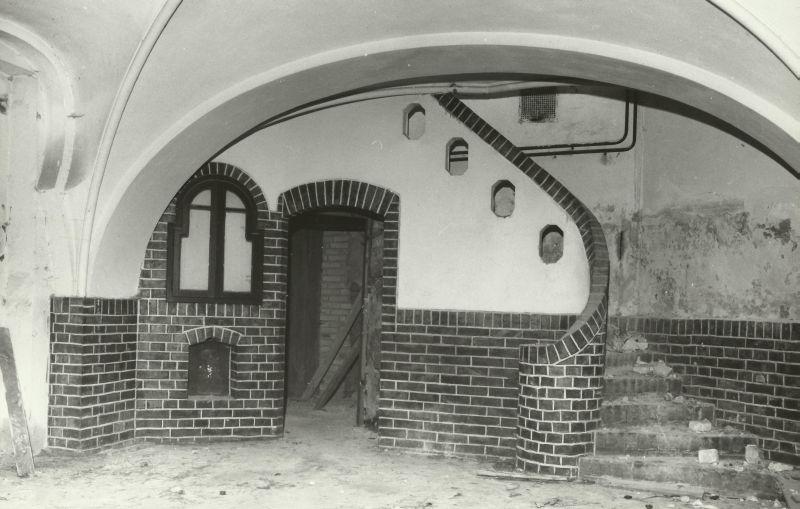 kominek w piwnicy w trakcie ogrodowym pałac Mosty