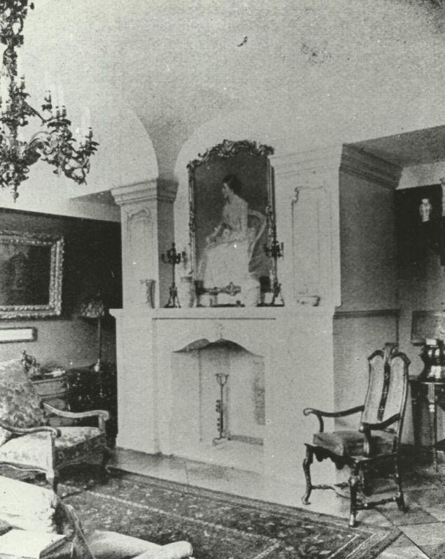 kominek w pokoju przy bibliotece pałac Mosty