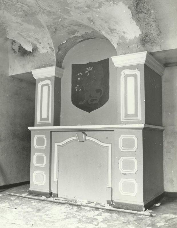 kominek w pokoju traktu frontowego pałac Mosty