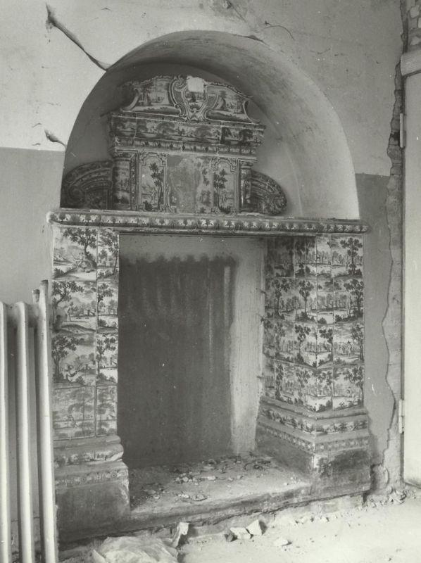 piec kaflowy w pokoju traktu frontowego pałac Mosty