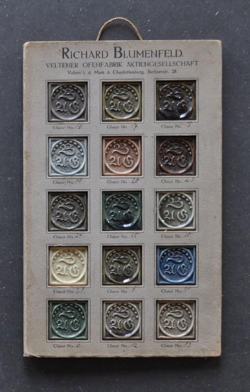 Die Glasurmusterkarte aus Karton zeigt fünfzehn unterschiedlich farbige Glasurmuster für Ofenkacheln, die in Fenstern stecken und jeweils das Firmenlogo tragen. Am oberen Rand über den Mustern sind Werkstattname und Adresse aufgedrukt. Die Muster sind ohne Reihenfolge nummeriert. Die Richard Blumenfeld AG war Anfang des 20. Jahrhunderts die größte und bedeutendste Ofenfabrik Veltens. Sie ging hervor aus der Umwandlung der von Blumenfeld übernommenen Ofenfabrik Klätsch und Kellerman in eine Aktiengesellschaft im Jahr 1905 und die schrittweise Erweiterung und Übernahme anderer Veltener Ofenfabriken.