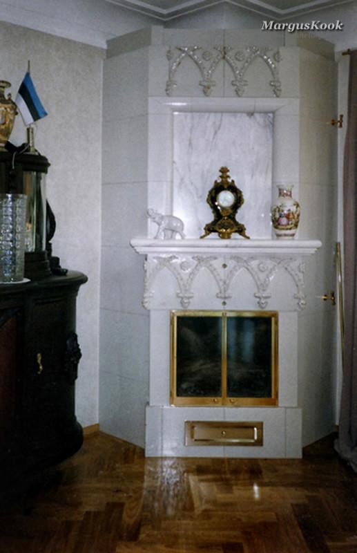 Kaminahi Tartus Tähtveres marmorist ja vanadest kividest